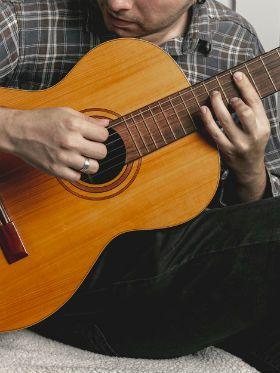 Quanto tempo demora para aprender a tocar violão bem?