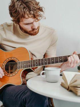 7 melhores músicas com cifra simplificada para iniciantes no violão