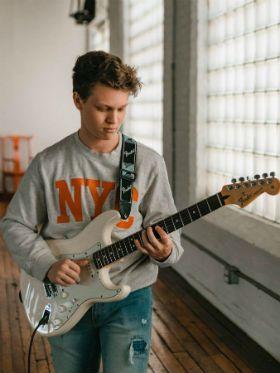 Guitarra para iniciantes: quais as diferenças entre solo, lick e riff?
