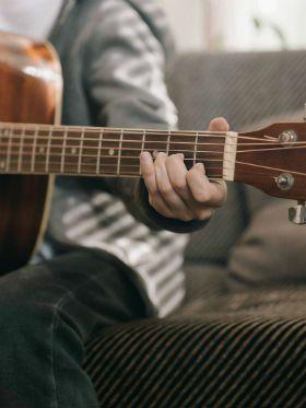 As 7 músicas de rock mais fáceis para tocar no violão