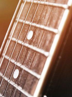 Por que violão ou a guitarra ficam trastejando? Descubra as soluções!