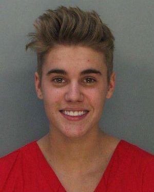 Justin Bieber sai da prisão e admite uso de medicamentos controlados