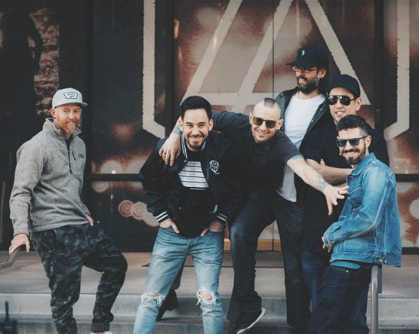 Integrantes do linkin park sinalizam possvel continuao da banda linkin park aps a dura perda do vocalista banda pensa sobre o futuro divulgao stopboris Image collections