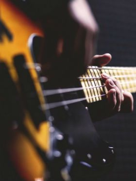 5 músicas com baixo marcante pra você aprender a tocar hoje!