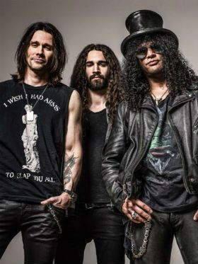 "Slash lança música com Myles e Conspirators; ouça ""Mind Your Manners"""
