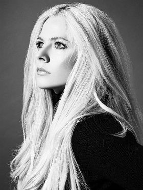 Avril Lavigne anuncia single e revela que esteve perto da morte