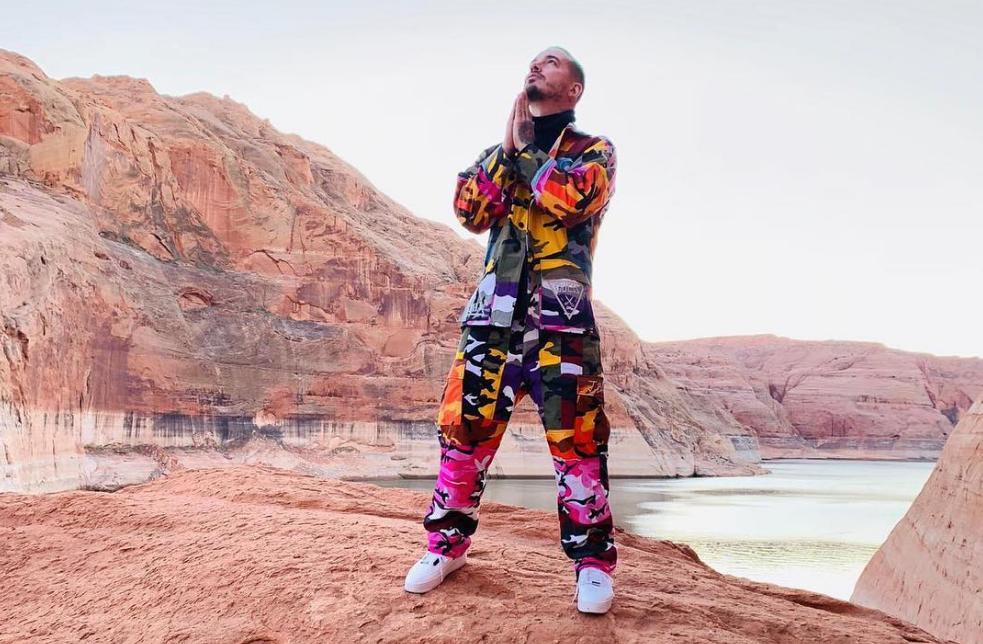 J Balvin com roupas coloridas