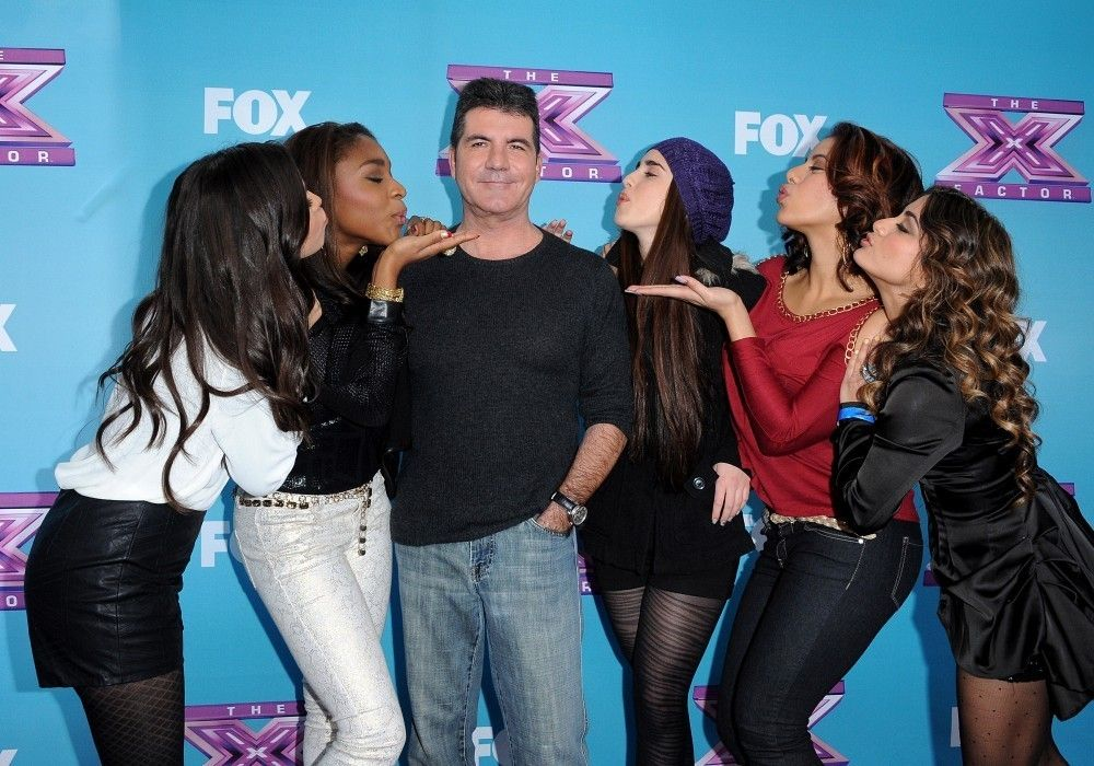 Fifth Harmony e o produtor Simon Cowell na época do The X Factor.
