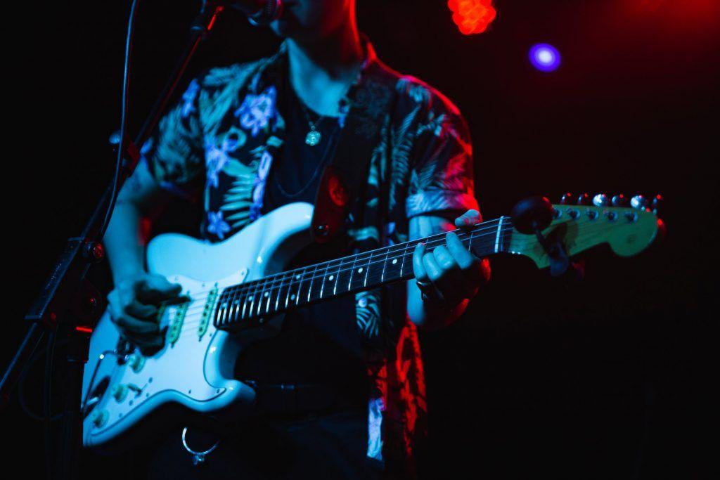Homem tocando guitarra em show