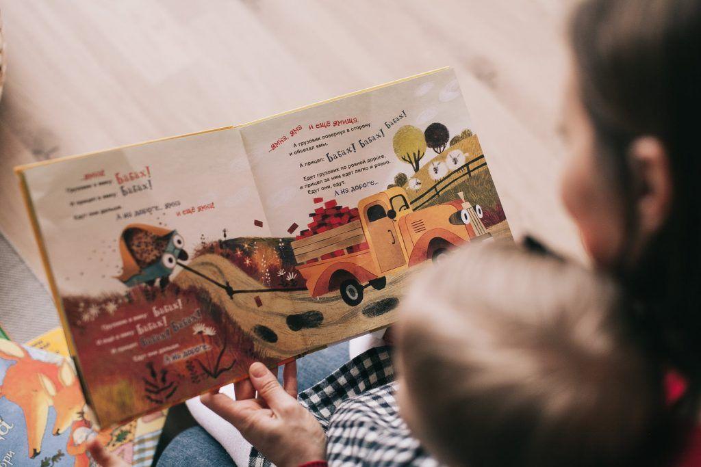 Mãe e filho lendo um livro.