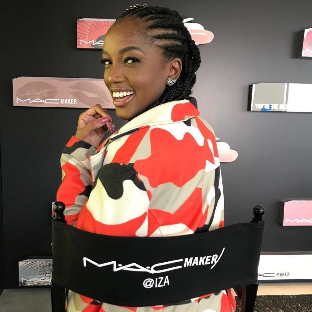 Cantora Iza apresentando sua parceria com a marca MAC Cosmetics.