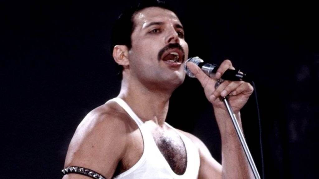 Freddie Mercury cantando