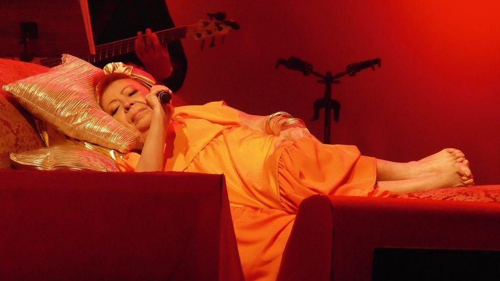 A cantora Beth Carvalho fazendo um show deitada