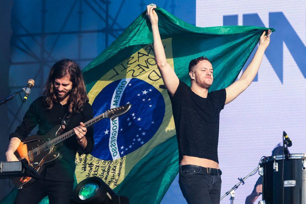 Dan Reynolds segura bandeira do Brasil em show no Lollapalooza 2014