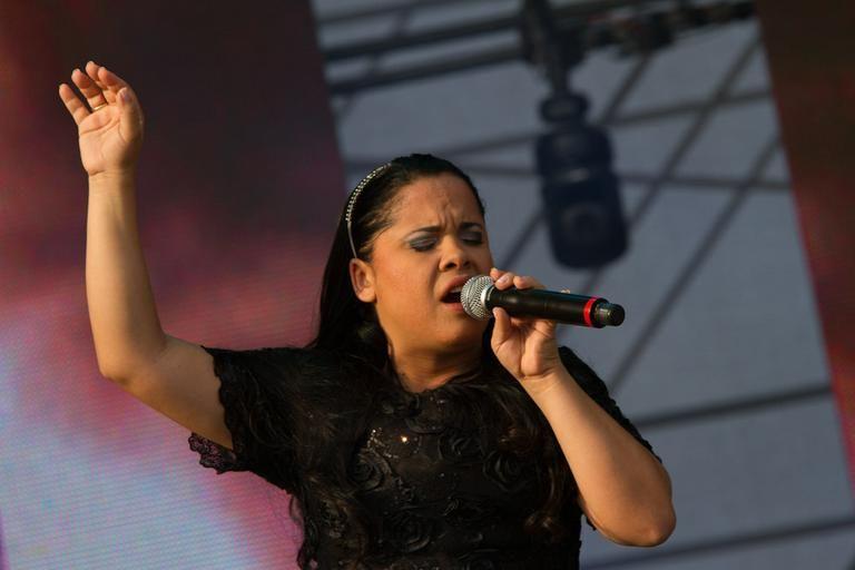 Cassiane cantando louvores