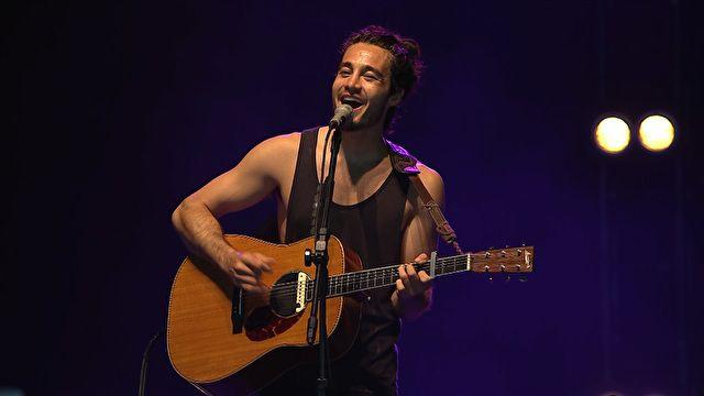 Tiago Iorc cantando