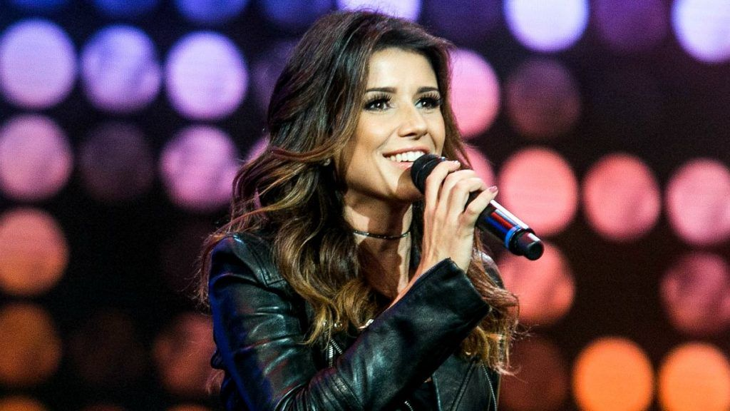 Paula Fernandes cantando