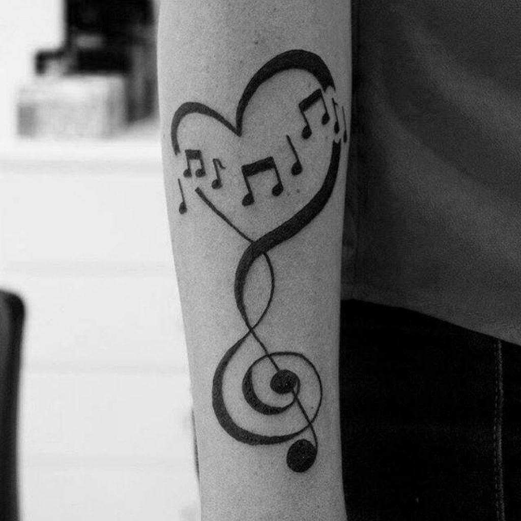 Tatuagem de notas musicais no braço