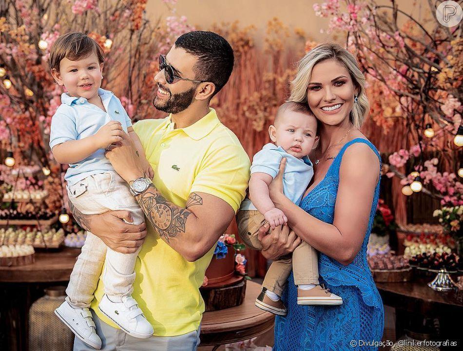 Gusttavo Lima com sua esposa e seus dois filhos