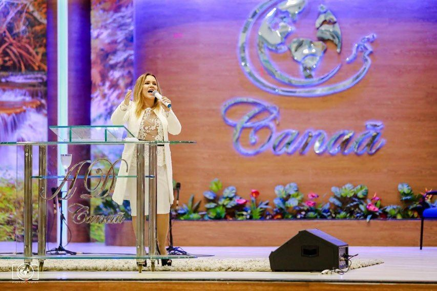 Sarah Farias na igreja
