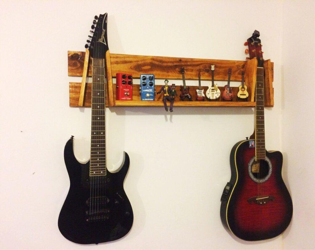Prateleira com violões antigos