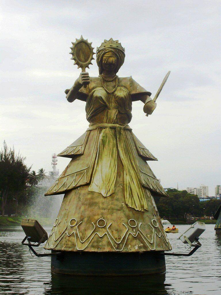 Estátua de Oxum no Dique do Tororó, em Salvador