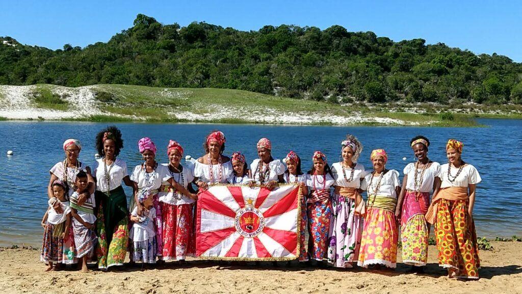 Ganhadeiras de Itapuã com a bandeira da Viradouro