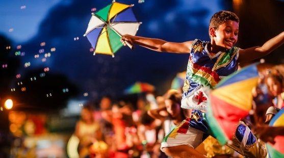 menino no carnaval de olinda