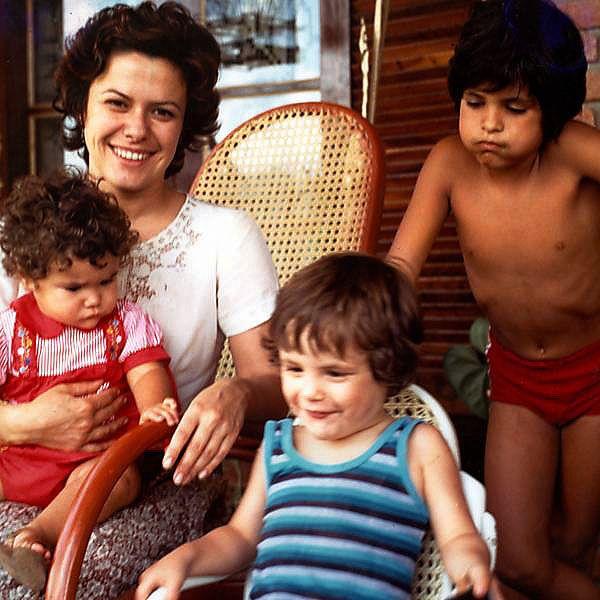 Elis Regina com os três filhos: Maria Rita, João Marcelo e Pedro Mariano