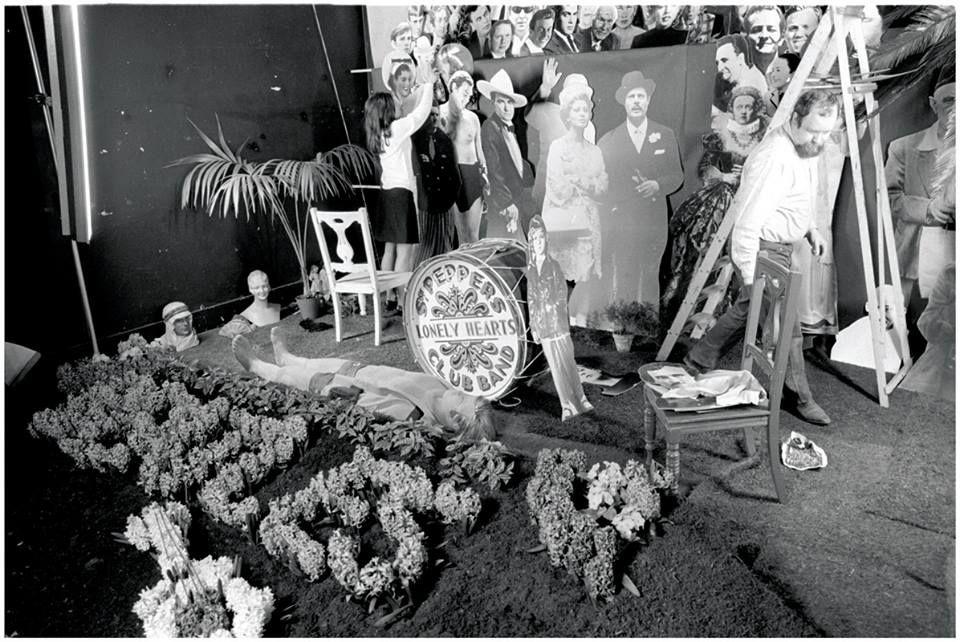 Bastidores da produção da capa do álbum Capa do álbum Sgt. Pepper's Lonely Hearts Club Band