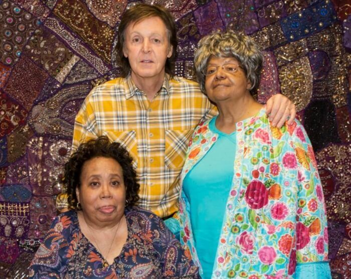 Paul McCartney com Thelma Mothershed e Elizabeth Eckford