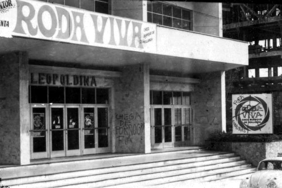 Fachada do teatro em Porto Alegre