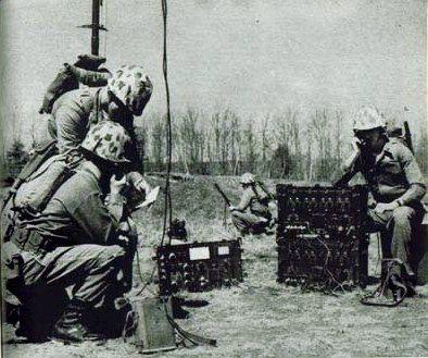 Radio sendo usado na guerra