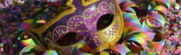 Máscaras de carnaval e serpentinas