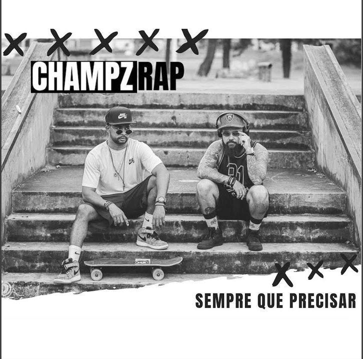 Integrantes do Champz Rap estão sentados em uma escadaria