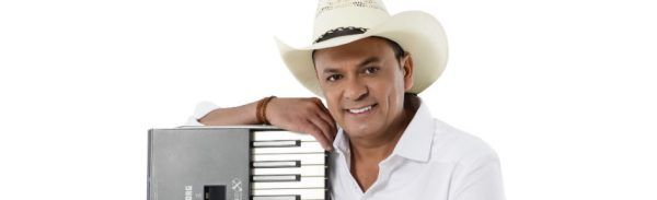 Frank Aguiar posa com seu tradicional chapéu e com seu tradicional teclado