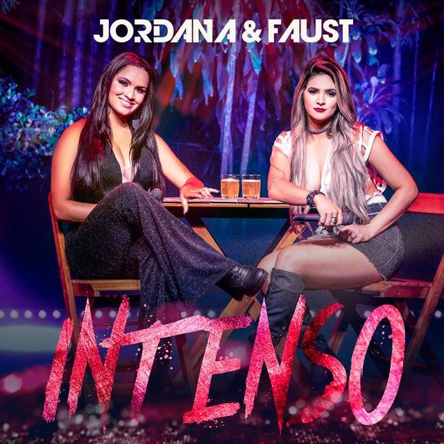 Sentadas numa mesa de bar, Jordana e Faust posam para a capa do disco Intenso
