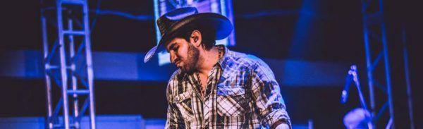Loubet em performance ao vivo, junto de sua banda e seu inseparável chapéu