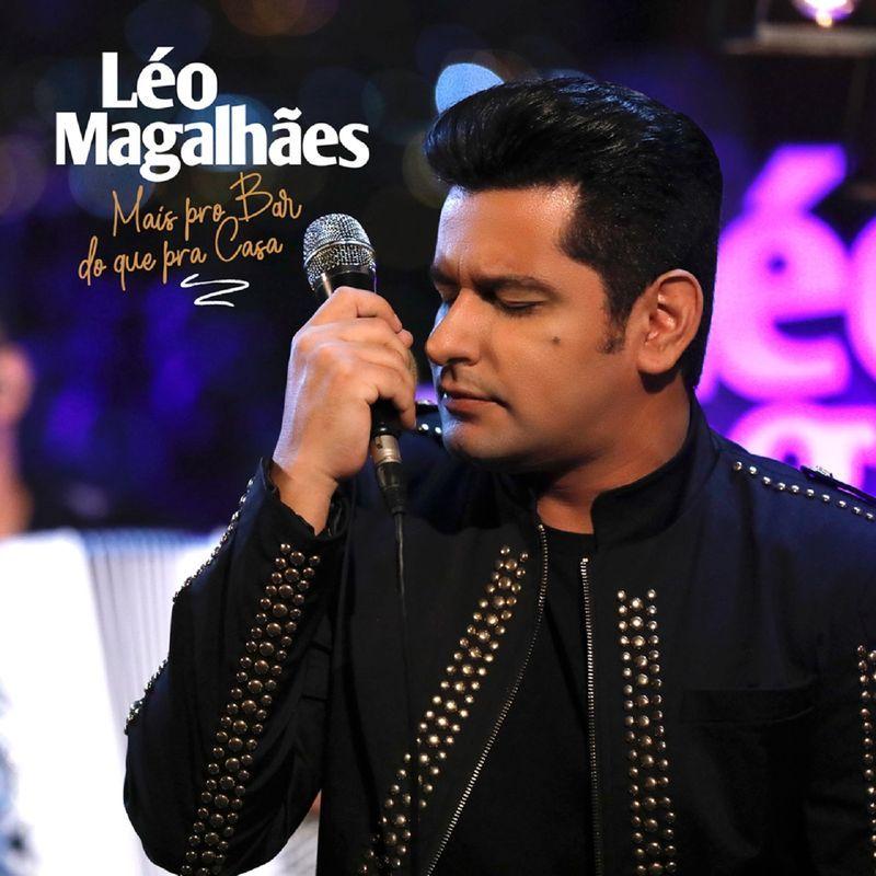 A capa do CD apresenta Léo Magalhães de olhos fechados e segurando um microfone