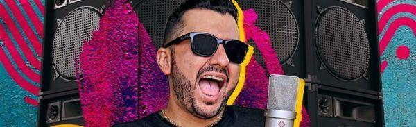 Romim Mata canta com paredão de alto falantes ao fundo