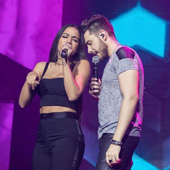 Gustavo Mioto e Anitta cantam, durante gravação de ao vivo em Fortaleza