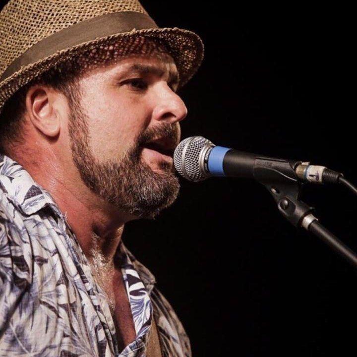 Léo Macedo, vocalista da Estakazero, força do forró