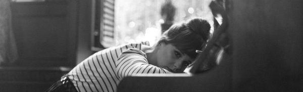 Menina parece estagnada com seus estudos de piano