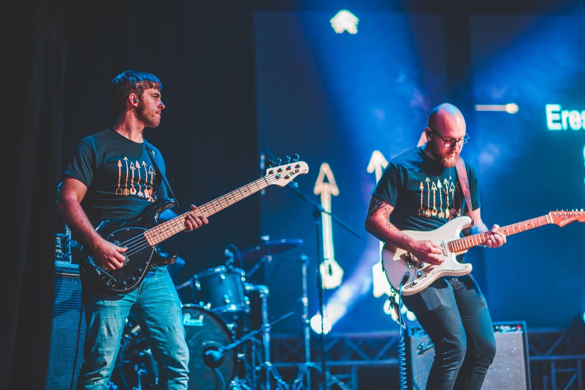 Banda de rock toca ao vivo