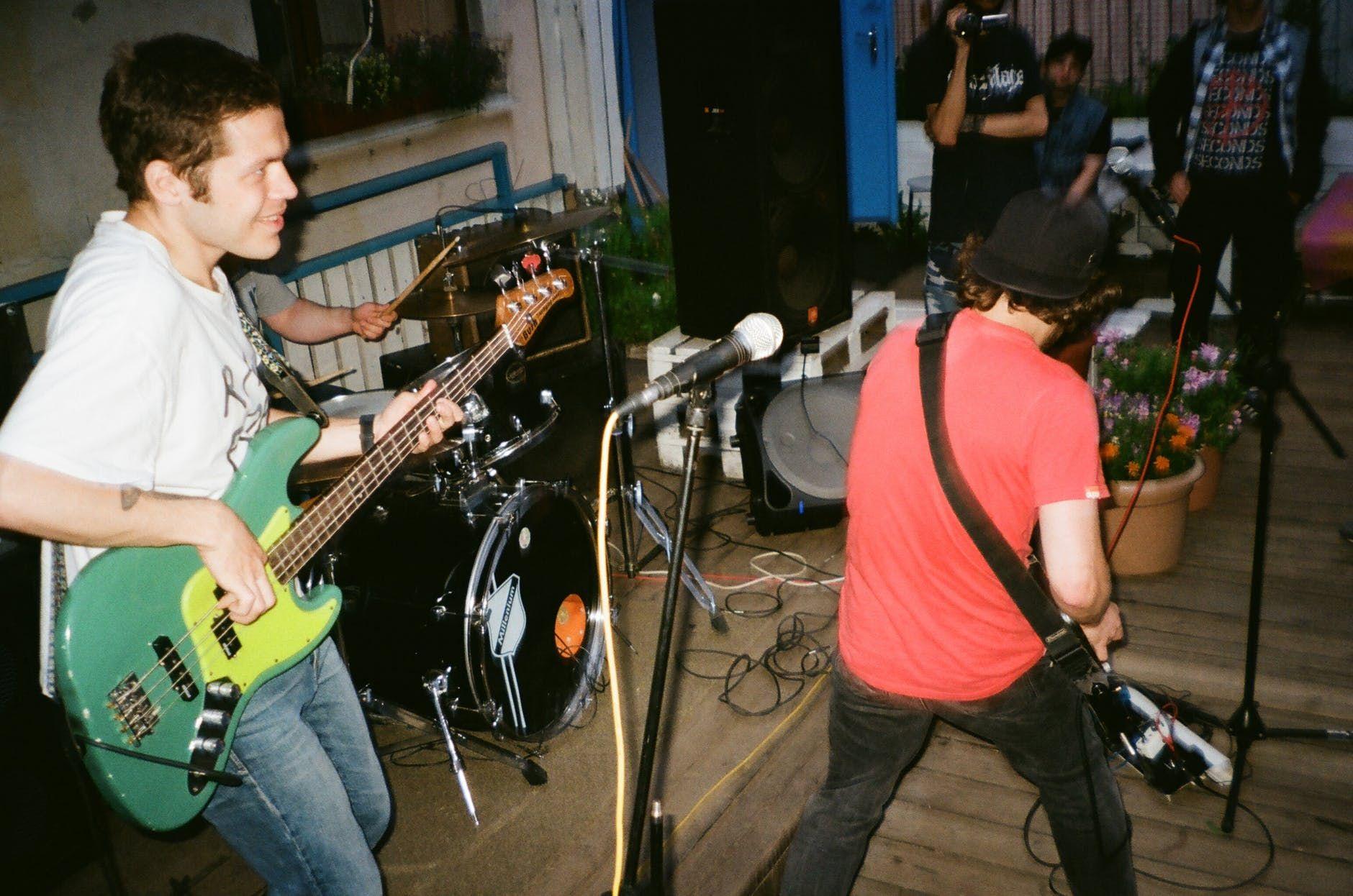 Banda de rock independente tocando ao vivo