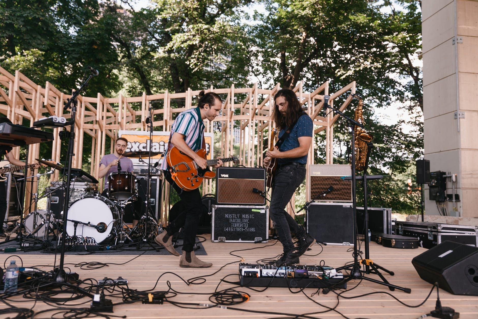 Músicos tocam ao vivo em uma praça