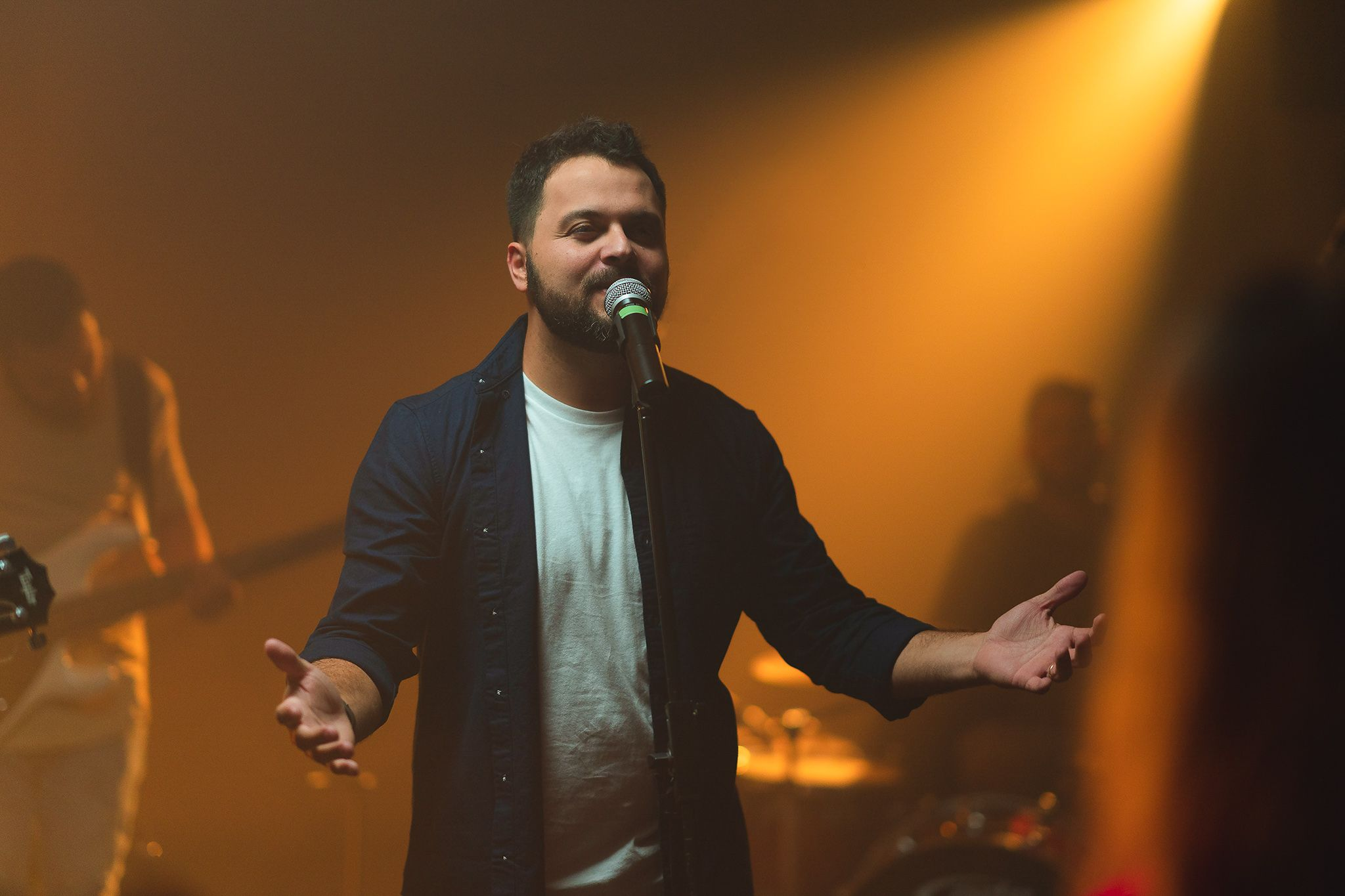 O brasileiro Klebson Kollins é um cantor de música cristã radicado nos EUA