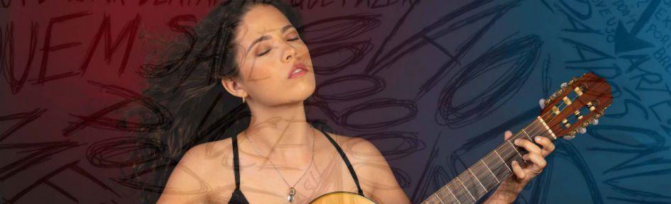 A cantora Júlia Ribeiro também é compositora e toca violão