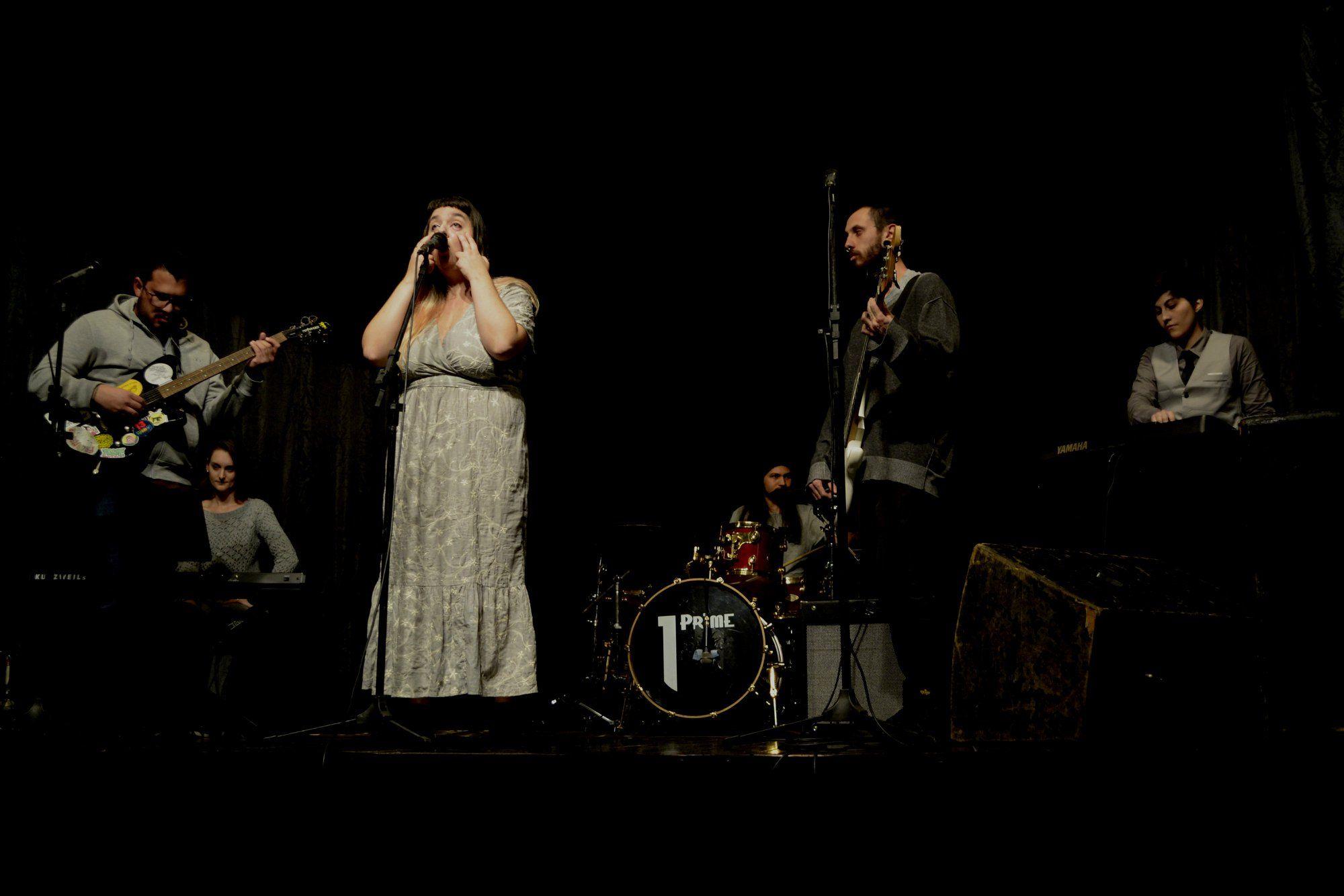 A cantora MUM, durante apresentação ao vivo