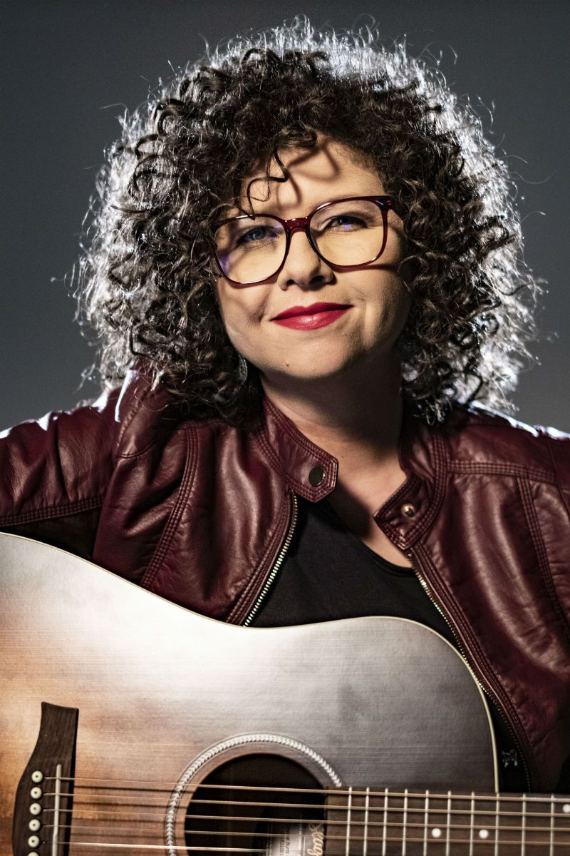 Roberta Campos canta, escreve e toca violão